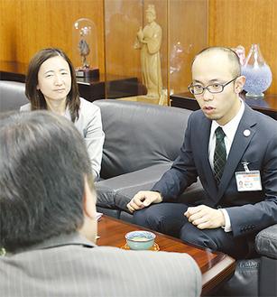 小林市長に意気込みを語る尾形さん(右)