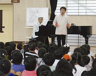 演奏を披露する青島さん(左)と小野さん