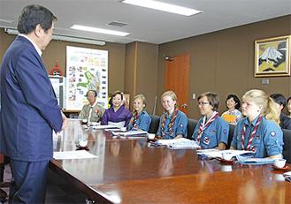 小林市長の挨拶に耳を傾けるスカウト団のメンバー