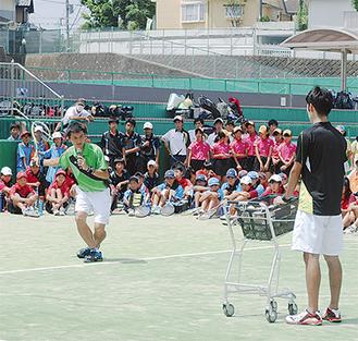 打ち方を指導する小林選手(左)