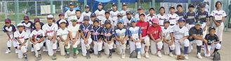両市の球児が記念撮影(厚木市少年野球協会提供)