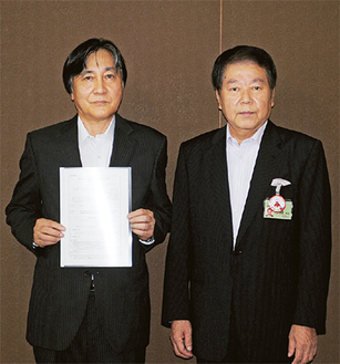 通知書を小林市長(右)から受け取った歳原社長