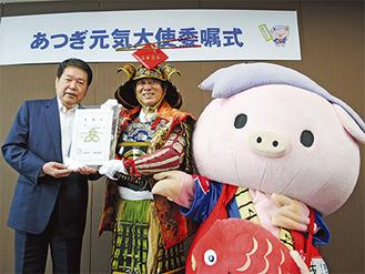 小林市長(左)から委嘱状を受け取る中村隊長(中央)