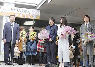 あいさつをする小林市長(左)といきものがかりのメンバー