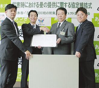 左から(株)丸清の佐藤代表、プロジェクトの植村副委員長、小林市長、(有)マルコ住総の小嶋専務