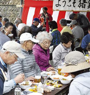 猪鍋を楽しむ地元住民ら