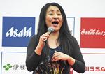 ステージで歌うSATSUKIさん