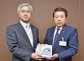 DVDを贈呈する川副部長(左)