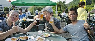 地ビールで乾杯する参加者