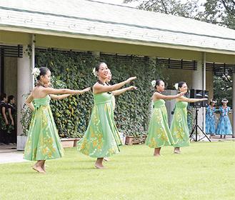 優雅なダンスを見せるフラダンスチーム