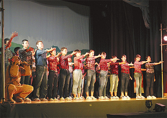 ステージで歌と踊りを披露する生徒たち