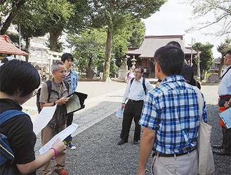調査の手法などの説明を受ける参加者たち(厚木神社)