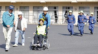 入所者らを避難誘導する訓練