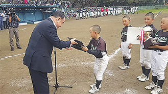 杉田社長から表彰される三田フレンズナイン(厚木市少年野球協会提供)