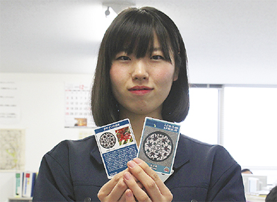 カードを持つ市職員