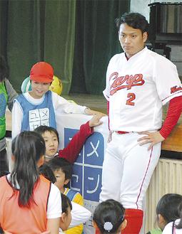 児童の意見を聞く田中選手