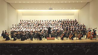 演奏を披露する合唱団と交響楽団
