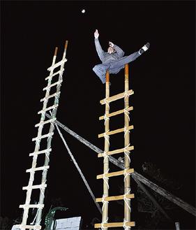 暗闇の中、はしご乗りの練習に励む会員