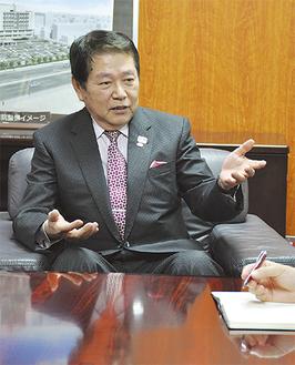 「財源を効率的・効果的に活用したい」と話す小林市長