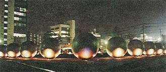 ライトアップされる噴水球