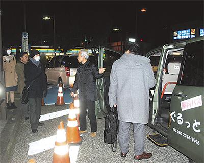 試験運行初日の6日は合計11人が乗車した(=愛甲石田駅)