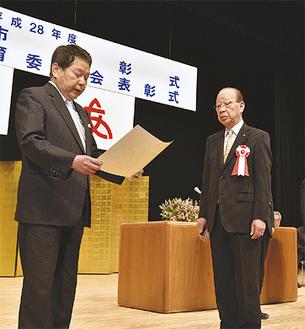 市民功労者として表彰された石川範義さん(右)
