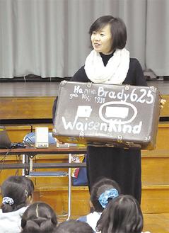 6年生に講演する石岡史子さん