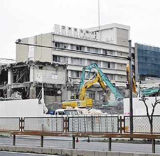 アスベストやコンクリート粉の飛散防止のため、水をかけながら慎重に進められている市立病院の外構工事