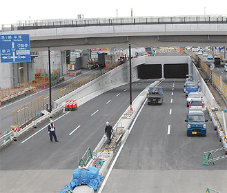 開通前、最後の仮設処理等を行う新・戸田立体交差点(3月17日に撮影)