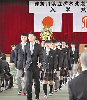 入学式で教職員に引率される新入生たち