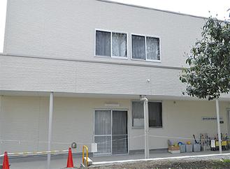厚木小学校敷地内のプール横に建てられた、厚木放課後児童クラブ用建物。軽量鉄骨造2階建で延床面積は432.38平方メートル。全4室のうち3室をクラブで使用、1室は小学校と共用できるスペースに。