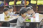 元気に昼食をとる厚木放課後児童クラブの子どもたち