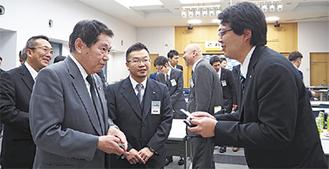 小林市長(左)に挨拶するメンバー