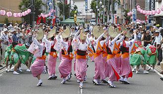 歩行者天国の厚木みなみ大通りでパレード(写真は昨年のようす)