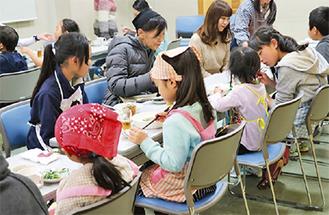 参加者全員で一緒に夕食を食べる子ども食堂(写真提供ASHL)