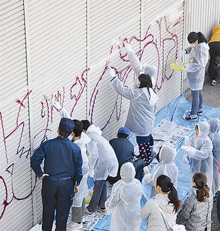 今年2月に金田地区で実施された落書き消去作業の様子