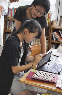 手書き入力機能を使い、パンフレット制作をする児童たち