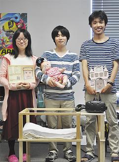 (左から)東田さん、望月さん、浅野さん。赤ちゃんのベッドも手作り