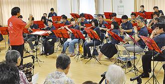 リズミカルな音楽を響かせる吹奏楽団