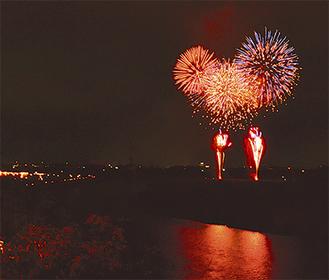 鮮やかな花火は空中に、水面には余韻の影が映る