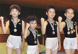 笑顔を見せる(左から)池田君、崎浜君、三木君、本橋君