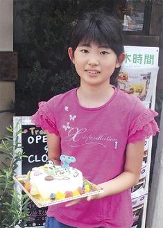 優秀賞に選ばれた子どもと立体ケーキ。「獣医になりたい」夢がデコレーションされている