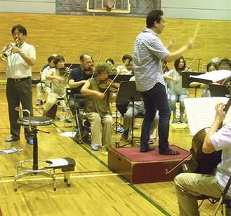 練習に熱が入る楽団員たち