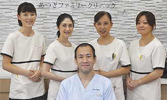 笑顔の岡村院長と女性スタッフたち