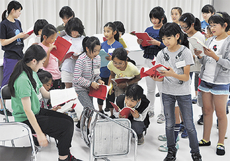 城の料理番夫婦に女の子が生まれたシーンを練習する参加者