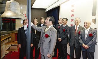 上場の鐘を鳴らす高井男会長
