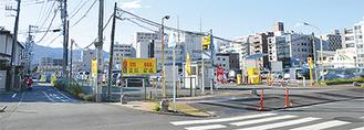 写真左が幅員約4mの南側道路=敷地南東角地から10月23日撮影