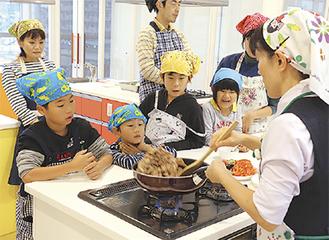 調理方法を学ぶ参加者