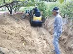 泥の堆積した梨畑(藤原さん提供)
