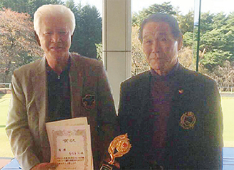 優勝した善方さん(左)と市ゴルフ協会の安斎会長
